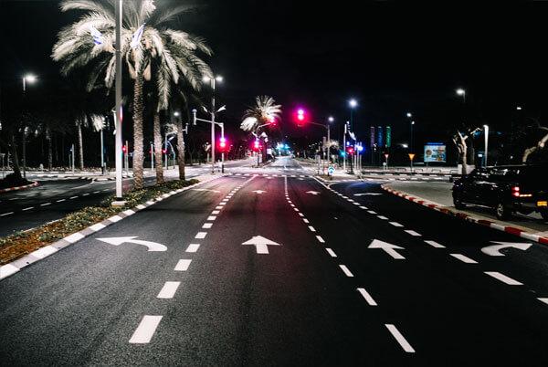 כביש מסומן בחושך